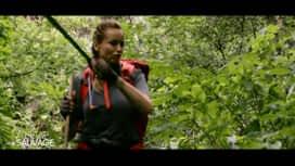À l'état sauvage : Adriana Karembeu utilise une machette dans la jungle