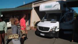 Les aventures de Nabilla et Thomas en Australie : Jerem coince le camping car....Vont-ils arriver à le sortir ?