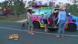 Les aventures de Nabilla et Thomas en Australie : Un monsieur aide les filles à verser le jerricane