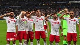 RTL INFO 13H : Les footballeurs turcs font le salut militaire contre la  France