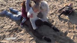 Les mamans : Pires que des enfants, Léa et Gaétan s'amusent à la plage