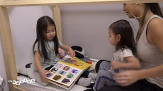 Lyna raconte des histoires à sa petite soeur